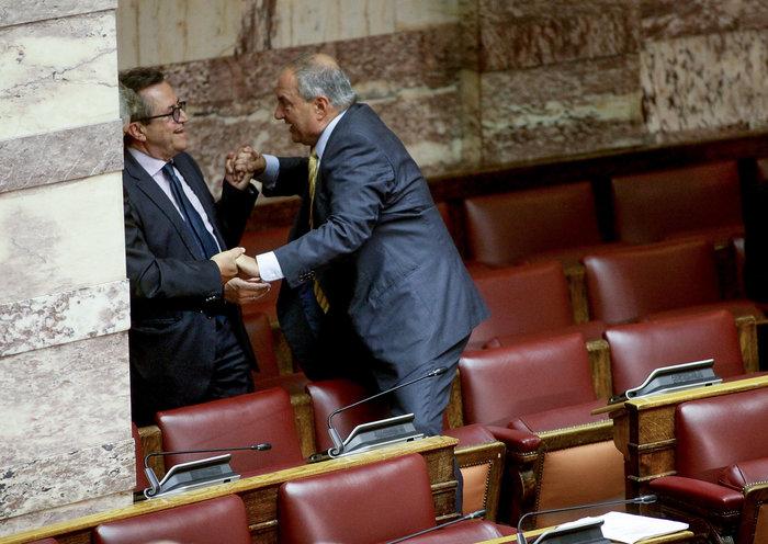 Ο Καραμανλής πηδάει τα έδρανα στη Βουλή με τη βοήθεια του Νικολόπουλου - εικόνα 15
