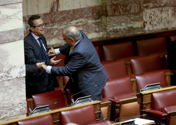 Ο Καραμανλής πηδάει τα έδρανα στη Βουλή με τη βοήθεια του Νικολόπουλου - εικόνα 16