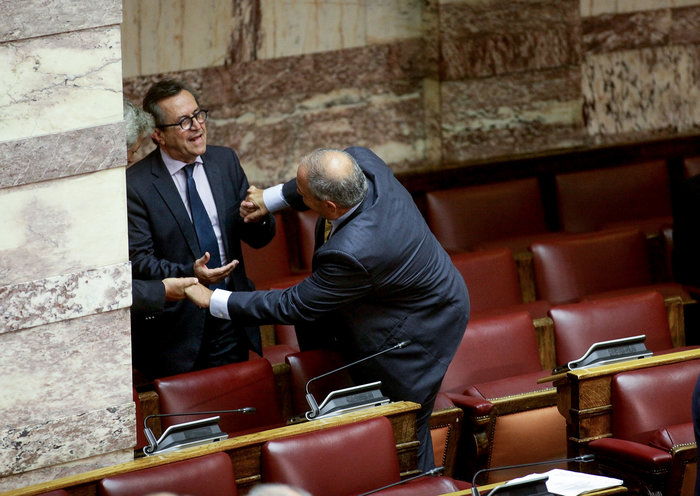 Ο Καραμανλής πηδάει τα έδρανα στη Βουλή με τη βοήθεια του Νικολόπουλου - εικόνα 17