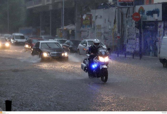 Ισχυρή βροχόπτωση με χαλάζι πλήττει τη Θεσσαλονίκη ΕΙΚΟΝΕΣ - εικόνα 2