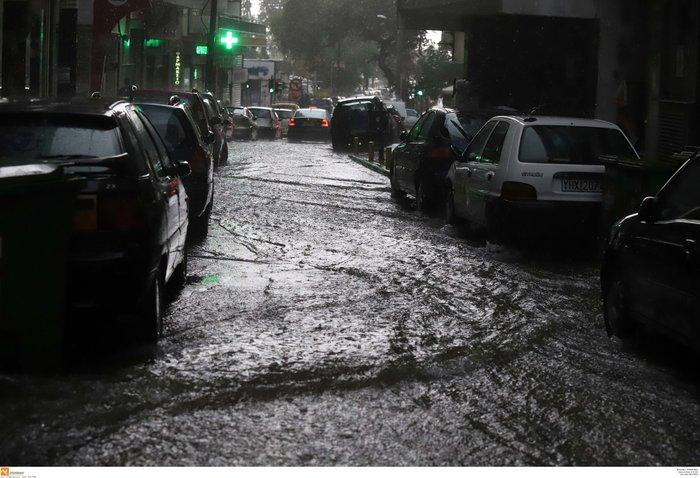 Ισχυρή βροχόπτωση με χαλάζι πλήττει τη Θεσσαλονίκη ΕΙΚΟΝΕΣ - εικόνα 3