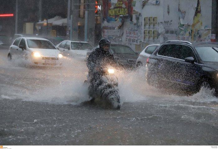 Ισχυρή βροχόπτωση με χαλάζι πλήττει τη Θεσσαλονίκη ΕΙΚΟΝΕΣ - εικόνα 10