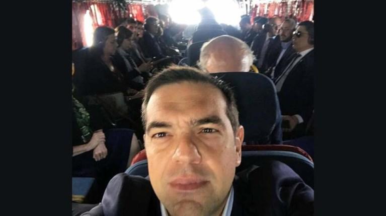 h-selfi-tsipra-mesa-apo-to-elikoptero-pros-tis-prespes