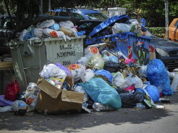 Απέραντος σκουπιδότοπος οι δρόμοι της Αθήνας, κλειστός ο ΧΥΤΑ Φυλής