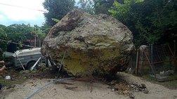Τεράστιος βράχος έπεσε στην αυλή σπιτιού