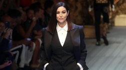 Τότε & τώρα: Η Μπελούτσι με ανδρόγυνο look στην πασαρέλα 26 χρόνια μετά