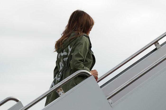 """Σάλος στις ΗΠΑ με το """"κρυφό μήνυμα"""" στο μπουφάν της Μελάνια Τραμπ"""
