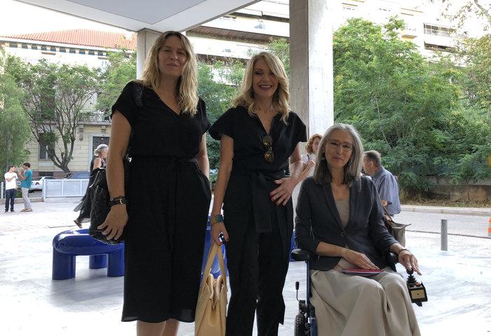 Η Ελλη Στάη με την καλλιτέχνιδα Νάνσυ Ιωαννίδου και την ΄Αννα Καφέτση