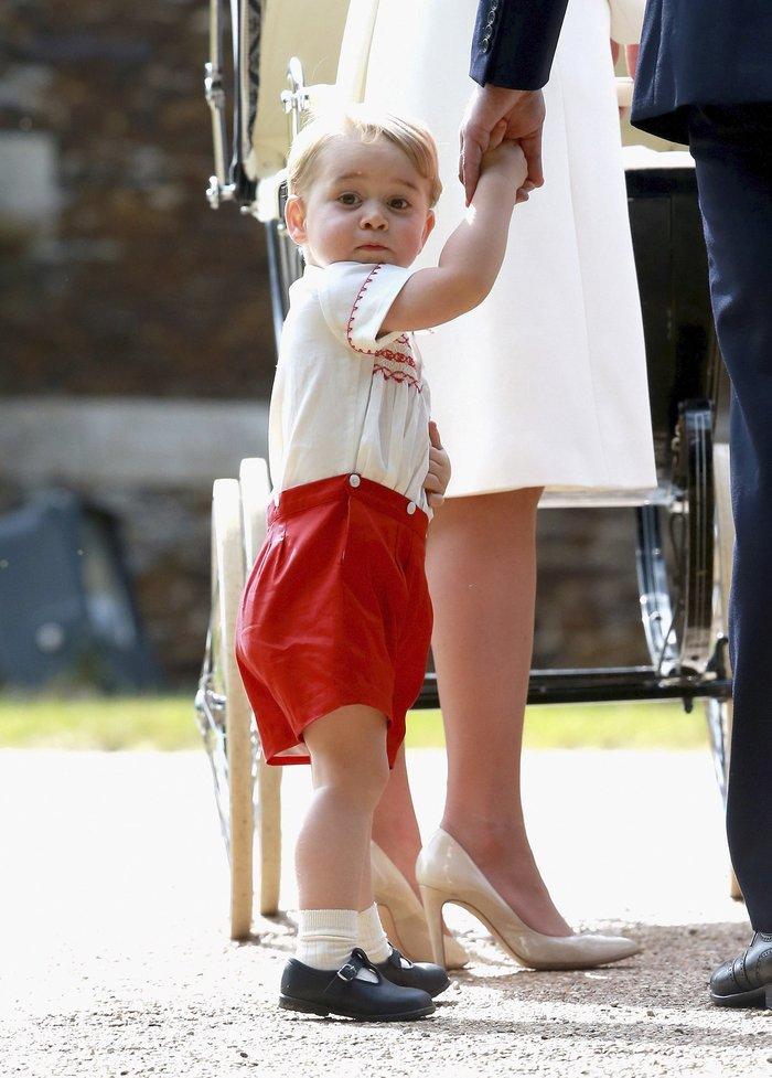 Ο πρίγκιπας Τζορτζ στη βάπτιση της αδελφής του Σάρλοτ© REUTERS/POOL
