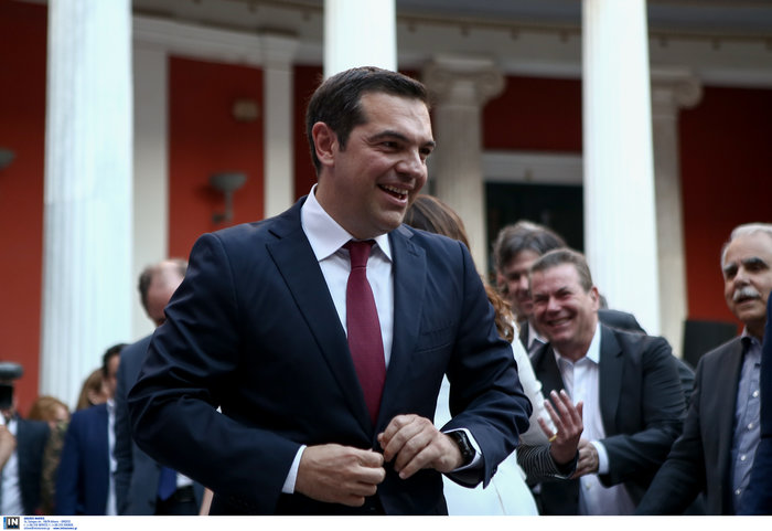 Η κόκκινη γραβάτα του πρωθυπουργού - Φωτογραφίες