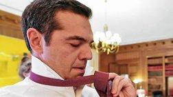 h-stigmi-pou-o-tsipras-fora-tin-kokkini-grabata-me-ti-boitheia-tzanakopoulou