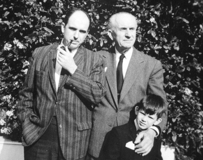Φωτογραφία του Ανδρεα Παπανδρέου με τον Γέρο της Δημοκρατίας Γεώργιο και τον γιο του Γιώργο σε μικρή ηλικία.© ΑΠΕ/ΜΠΕ