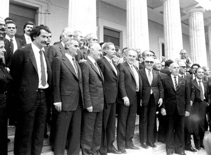 Ο Α. Παπανδρέου και οι Υπουργοί μετά την ορκωμοσία της πρώτης κυβέρνησης του ΠΑΣΟΚ το 1981 © ΑΠΕ/ΜΠΕ