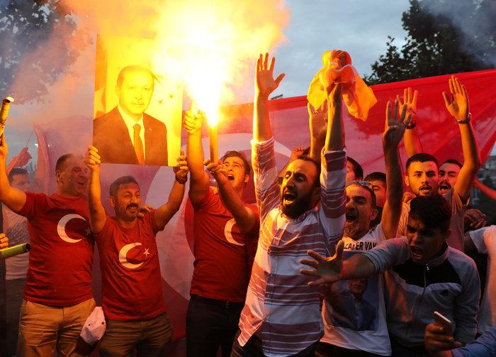 Ξέφρενοι πανηγυρισμοί των ψηφοφόρων του Eρντογάν