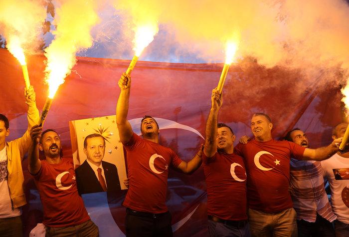 Ξέφρενοι πανηγυρισμοί των ψηφοφόρων του Eρντογάν - εικόνα 5