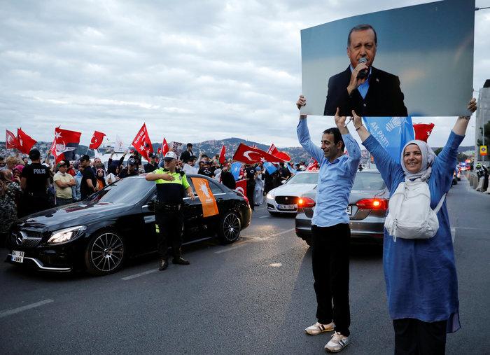 Ξέφρενοι πανηγυρισμοί των ψηφοφόρων του Eρντογάν - εικόνα 6
