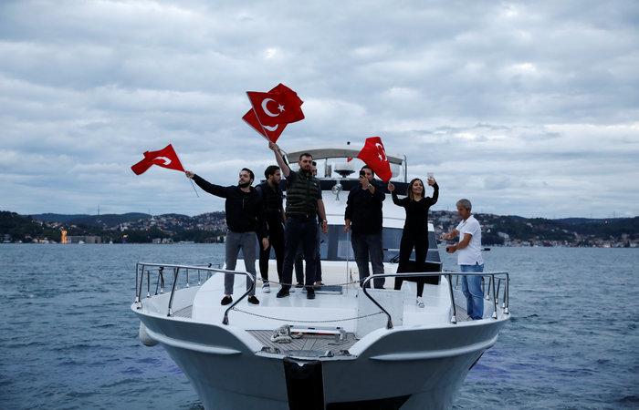 Ξέφρενοι πανηγυρισμοί των ψηφοφόρων του Eρντογάν - εικόνα 2