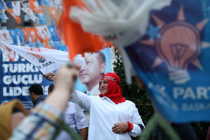 Ξέφρενοι πανηγυρισμοί των ψηφοφόρων του Eρντογάν - εικόνα 3