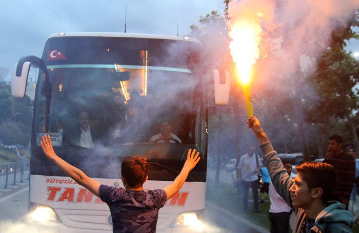 Ξέφρενοι πανηγυρισμοί των ψηφοφόρων του Eρντογάν - εικόνα 4