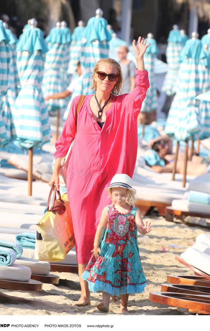 Βίκυ Καγιά: Στην παραλία με άψογο κορμί και την υπέροχη κόρη της [Εικόνες]