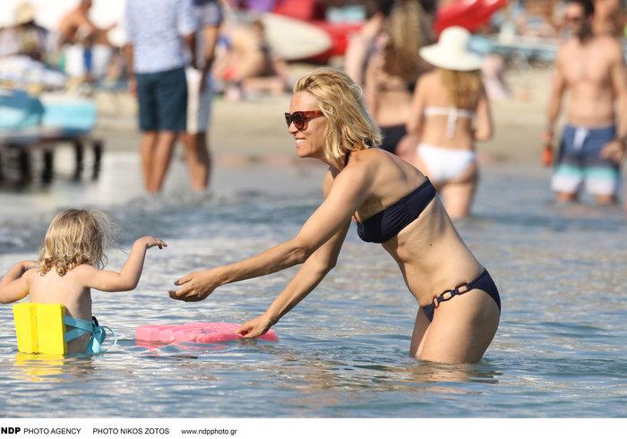 Βίκυ Καγιά: Στην παραλία με άψογο κορμί και την υπέροχη κόρη της [Εικόνες] - εικόνα 8