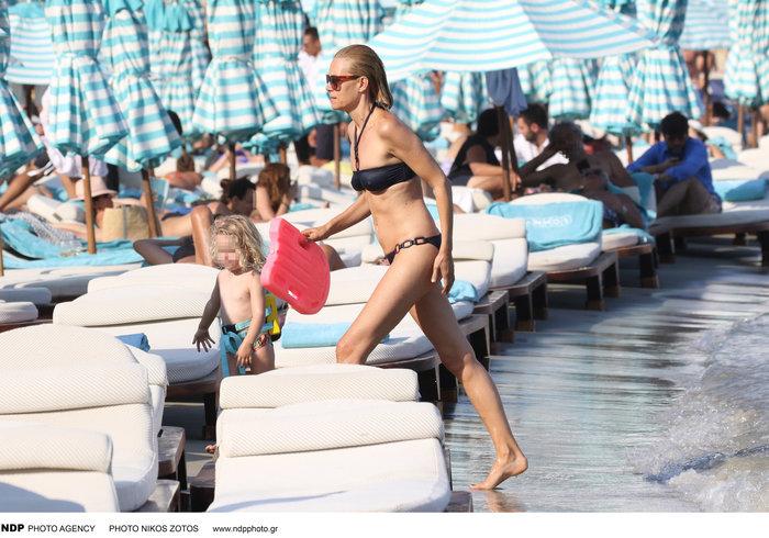 Βίκυ Καγιά: Στην παραλία με άψογο κορμί και την υπέροχη κόρη της [Εικόνες] - εικόνα 9