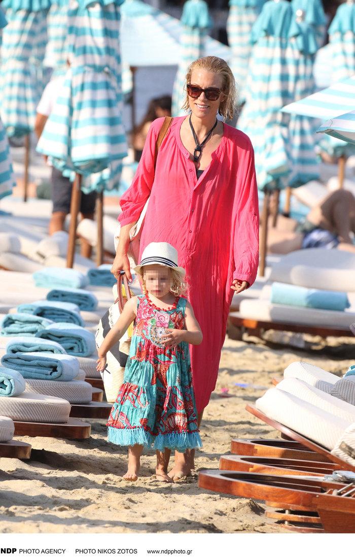 Βίκυ Καγιά: Στην παραλία με άψογο κορμί και την υπέροχη κόρη της [Εικόνες] - εικόνα 3