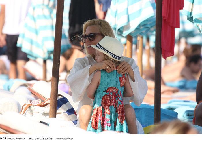 Βίκυ Καγιά: Στην παραλία με άψογο κορμί και την υπέροχη κόρη της [Εικόνες] - εικόνα 4