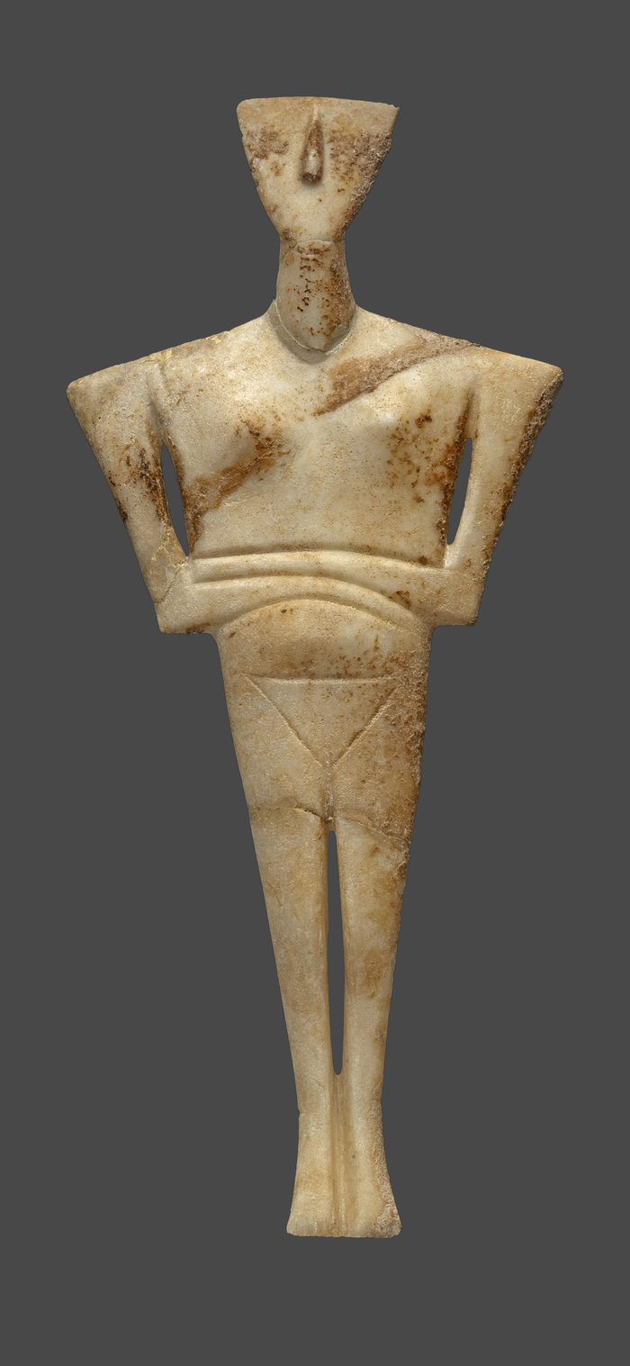 Μαρμάρινο ειδώλιο γυναικείας μορφής (παραλλαγή Δωκαθισμάτων), από το νεκροταφείο Χαλανδριανής Σύρου (2700-2300 π.Χ.). © ΕΑΜ/ΤΑΠ. Φωτ. Σ. Μαυρομμάτης.