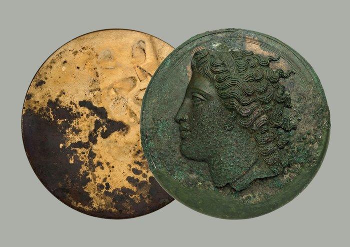 Χάλκινο πτυκτό κάτοπτρο από την Κόρινθο (330-320 π.Χ.) © ΕΑΜ/ΤΑΠ. Φωτ. Σ. Μαυρομμάτης.