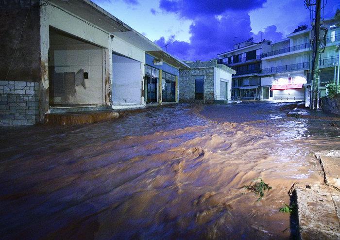 Πνίγηκε πάλι η Μάνδρα - Βούλιαξαν στη λάσπη δρόμοι και σπίτια