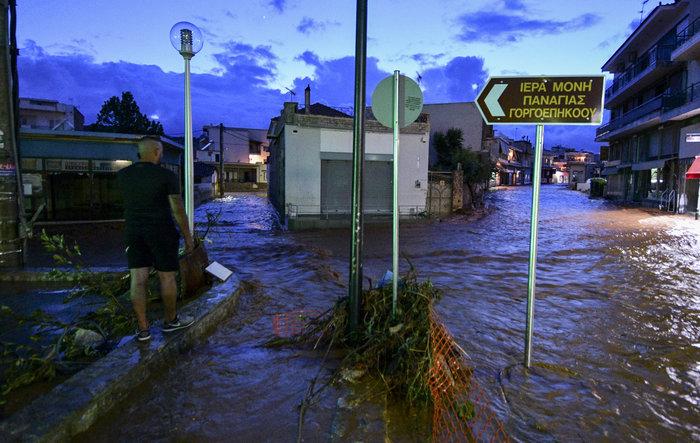 Πνίγηκε πάλι η Μάνδρα - Βούλιαξαν στη λάσπη δρόμοι και σπίτια - εικόνα 3