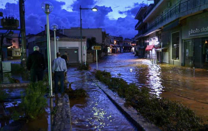 Πνίγηκε πάλι η Μάνδρα - Βούλιαξαν στη λάσπη δρόμοι και σπίτια - εικόνα 5