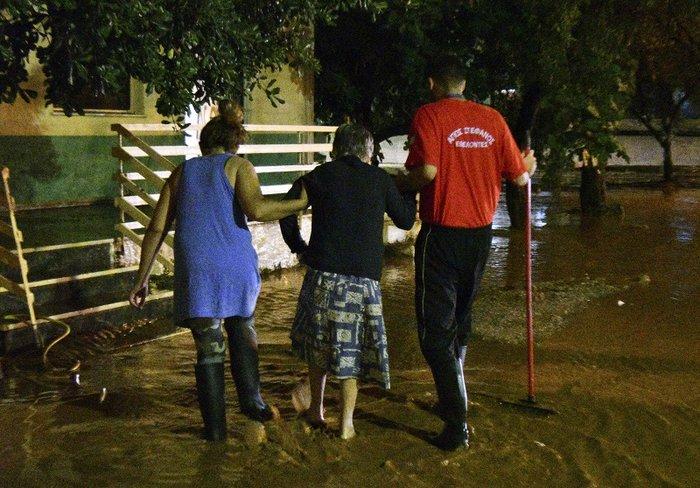 Πνίγηκε πάλι η Μάνδρα - Βούλιαξαν στη λάσπη δρόμοι και σπίτια - εικόνα 2