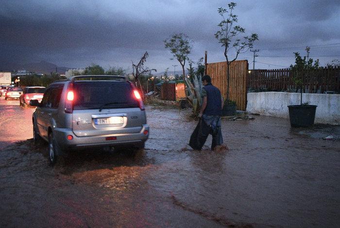 Πνίγηκε πάλι η Μάνδρα - Βούλιαξαν στη λάσπη δρόμοι και σπίτια - εικόνα 4
