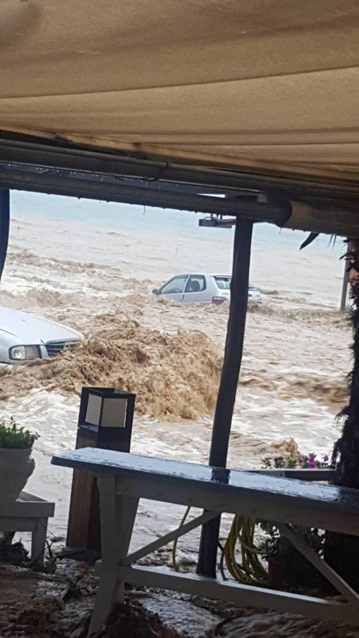 Πλημμύρες στη Χαλκιδική - Έπεσαν ΙΧ στη θάλασσα