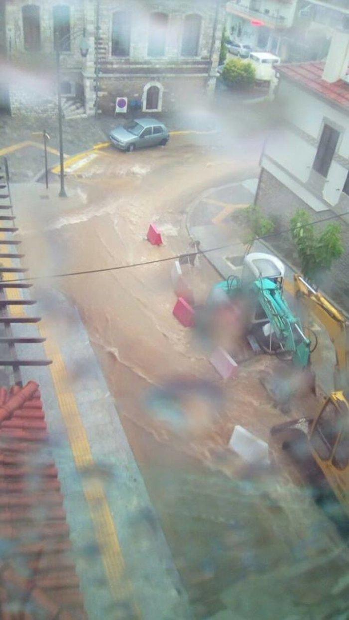Πλημμύρες στη Χαλκιδική - Έπεσαν ΙΧ στη θάλασσα - εικόνα 2
