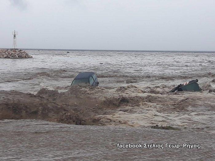 Πλημμύρες στη Χαλκιδική - Έπεσαν ΙΧ στη θάλασσα - εικόνα 3