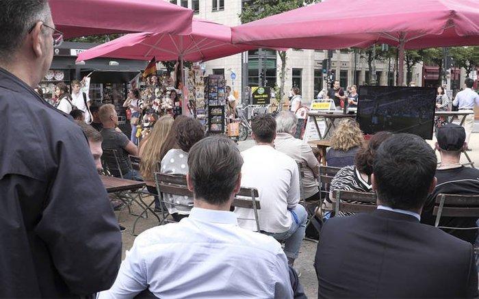 Ο Μητσοτάκης στο Βερολίνο: Μουντιάλ και μπύρα (φωτό)