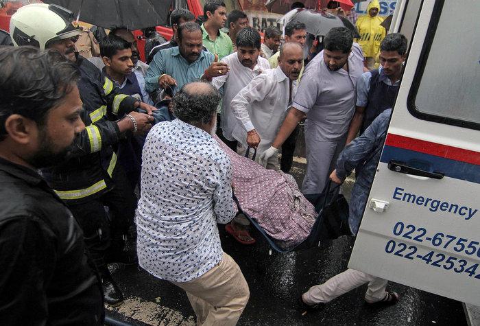 Τουλάχιστον πέντε νεκροί σε πτώση κυβερνητικού αεροπλάνου στην Ινδία (vid)