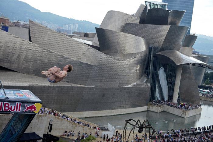 Βουτιές που κόβουν την ανάσα μπροστά από το Guggenheim