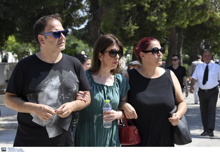 Το τελευταίο αντίο στην Τζ. Παπουτσή-Πλήθος κόσμου & θρήνος στην κηδεία της - εικόνα 8