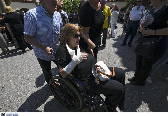 Το τελευταίο αντίο στην Τζ. Παπουτσή-Πλήθος κόσμου & θρήνος στην κηδεία της - εικόνα 4