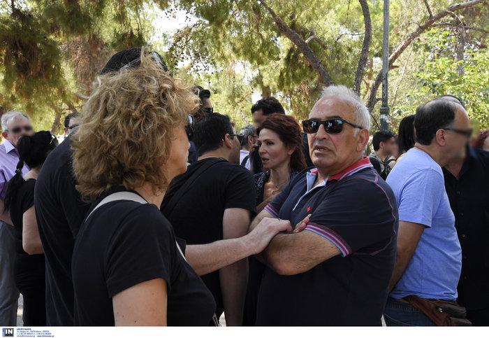 Το τελευταίο αντίο στην Τζ. Παπουτσή-Πλήθος κόσμου & θρήνος στην κηδεία της - εικόνα 9