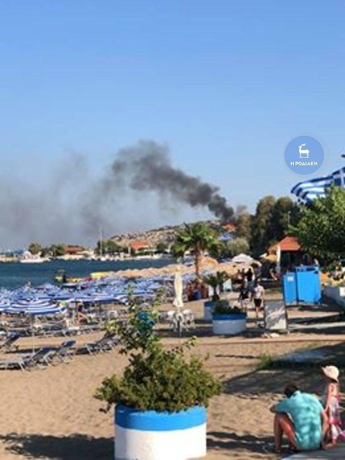 Φωτιά κοντά σε παραλία στο Φαληράκι στη Ρόδο