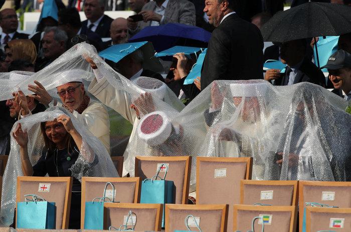 Μουσαμάδες, σακούλες & καρέκλες αντί για ομπρέλες στην ορκωμοσία Ερντογάν