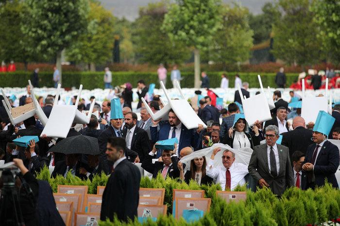 Μουσαμάδες, σακούλες & καρέκλες αντί για ομπρέλες στην ορκωμοσία Ερντογάν - εικόνα 2