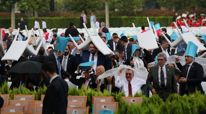 Μουσαμάδες, σακούλες & καρέκλες αντί για ομπρέλες στην ορκωμοσία Ερντογάν - εικόνα 3