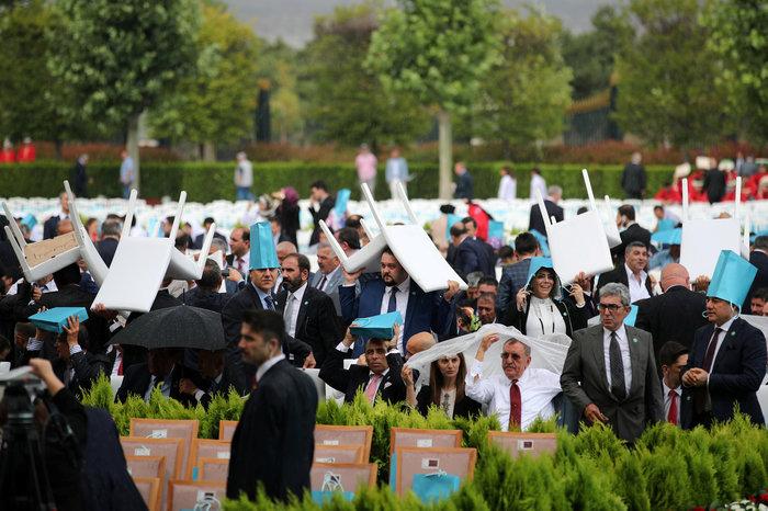 Μουσαμάδες, σακούλες & καρέκλες αντί για ομπρέλες στην ορκωμοσία Ερντογάν - εικόνα 4