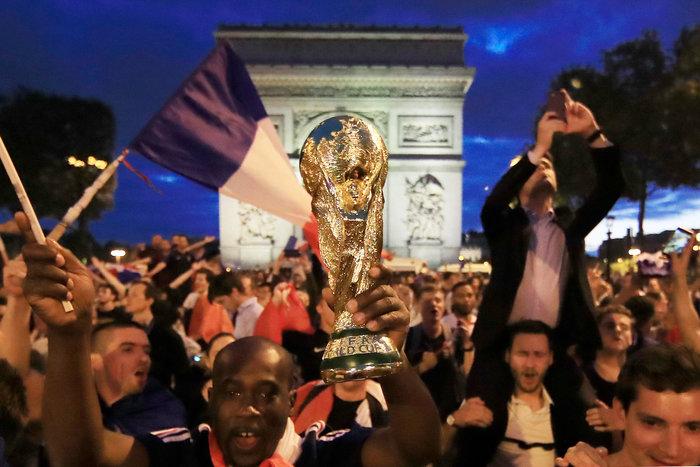 Ξέφρενοι πανηγυρισμοί στη Γαλλία για την πρόκριση στον τελικό